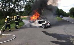 Feuerwehreinsatz am Feiertag: Bugatti-Replikat steht in Flammen