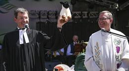 Ökumenischer Gottesdienst auf dem Uniplatz: Geistliche schunkeln Rhöner Lied