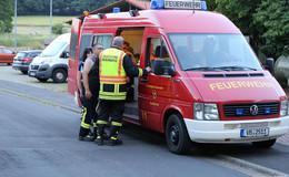 Vermutlich Essen auf Herd: Feuerwehreinsatz - Nachbarn helfen Frau
