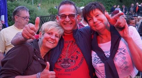 Rock vor untergehenden Sonne beim Sommerfest auf Enzianhütte
